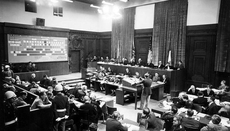 Американский майор Фрэнк Б. Уоллис представляет схему организации Национал-социалистической немецкой рабочей партии на Нюрнбергcком процессе, Германия // Public Domain 2004-445 Harry S. Truman Library & Museum