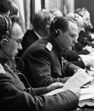 Des membres soviétiques du Tribunal militaire international, le lieutenant-colonel Alexandre Voltchkov (à gauche) et le général de division de justice Iona Nikitchenko, dans la salle de réunion pendant les procès de Nuremberg, Allemagne, décembre 1945.
