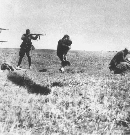 Soldat einer deutschen Einsatzgruppe erschießt Zivilisten samt Kleinkinder an der Ostfront des Zweiten Weltkrieges, 1942