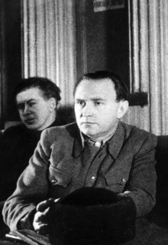 Писатель Алексей Толстой (справа) и начальник отдела Чрезвычайной государственной комиссии Дмитрий Кудрявцев на заседании ЧГК