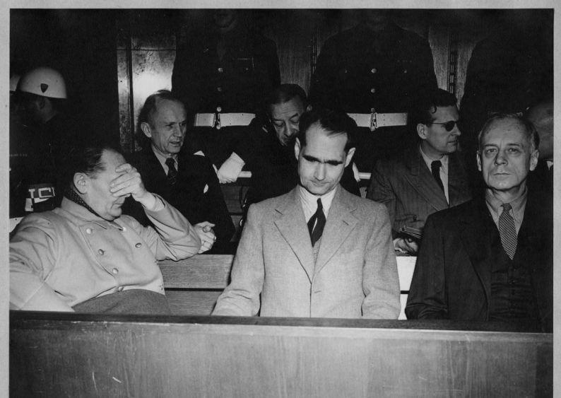 Die Angeklagten beim Internationalen Militärgerichtsprozess gegen Kriegsverbrecher in Nürnberg (Hermann Göring, Admiral Karl Dönitz, Admiral Erich Raeder, Rudolf Heß, Baldur von Schirach, Joachim von Ribbentrop)