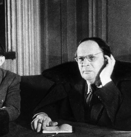 L'écrivain Alexeï Tolstoï (à droite) et le chef de service de la Commission d'État extraordinaire Dmitri Koudriavtsev lors d'une réunion du TchGK