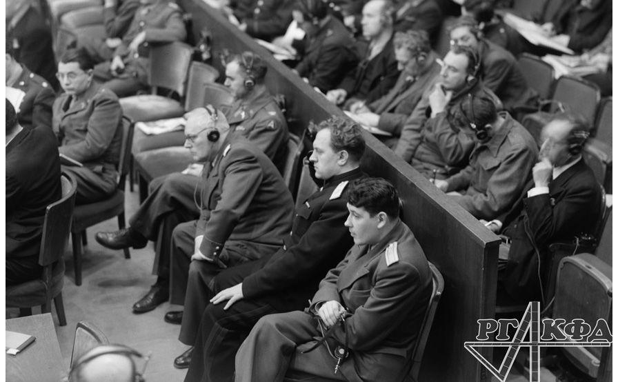 Le premier adjoint du commissaire du peuple aux Affaires étrangères de l'URSS Andreï Vichinsky et le procureur général de l'Union soviétique Konstantin Gorchenine lors d'une audition au Tribunal militaire international. 1945. Photo par Evgueni Khaldei. Archives de l'État russe de documents cinématographiques et photographiques (RGAKFD) / arch. N° В-3208