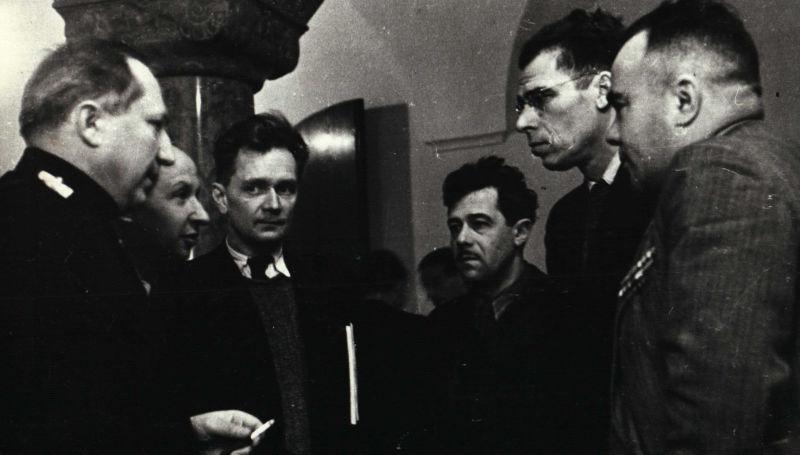 Palais de justice de Nuremberg. Le procureur en chef de l'URSS, Roman Rudenko (à gauche), s'entretient avec des journalistes soviétiques. Photo de Viktor Temine. Archives d'État de la Fédération de Russie / F. 10140 Op. N ° 2 D.157 L.15