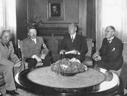 Münchener Konferenz am 29. September 1938 im Führerbau am Königsplatz in München, v. l. n. r.: Mussolini, Hitler, Dolmetscher Paul Otto G. Schmidt, Chamberlain