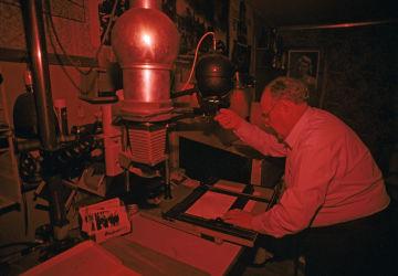 Correspondant de guerre Evgueni Khaldeï lors des travaux dans sa chambre noire