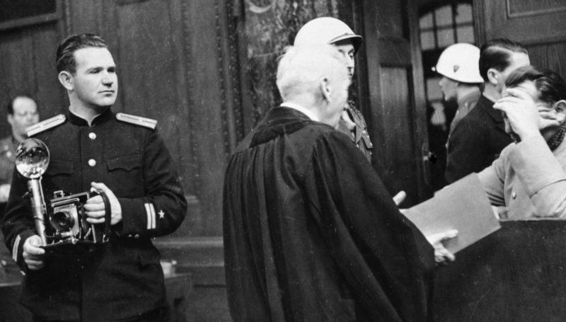 Correspondant de guerre Evgueni Khaldeï (à gauche) lors du procès de Nuremberg