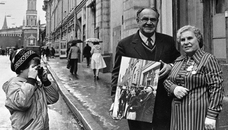 Anna Trouchkina (à droite) et le photojournaliste Evgueni Khaldeï (à gauche), qui a pris ses photos le premier jour de la guerre