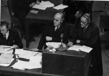 David Maxwell Fyfe (im Zentrum) und ein unbekannter Staatsanwalt