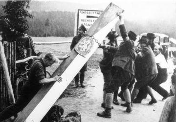 Tchécoslovaquie. Émeutes chez les Sudètes à la veille de la prise de la Tchécoslovaquie. Des Allemands de la région démolissent une borne frontière. Bundesarchiv, Bild 183-58507-003 / CC-BY-SA 3.0
