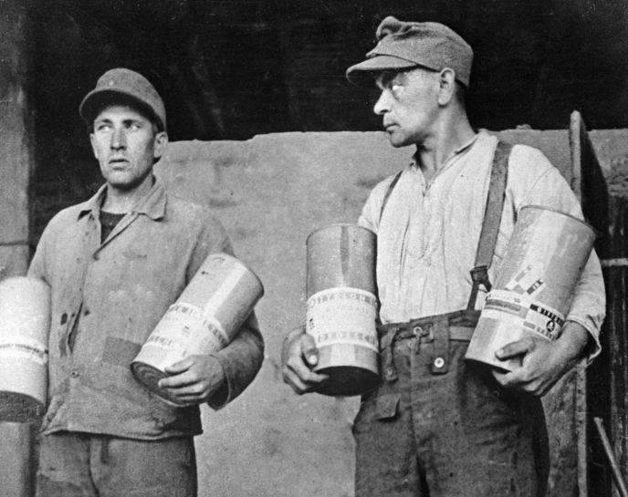 KZ-Wächter zeigen Dosen mit Pestizid Zyklon B