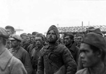 Des prisonniers de guerre soviétiques dans un camp de transit, Pays baltes, octobre 1941. Une photographie du ministère de la Propagande du Troisième Reich. Archives d'État de la Fédération de Russie / F. 7021 Op. 128 D. 265. L. 7, 8, 10