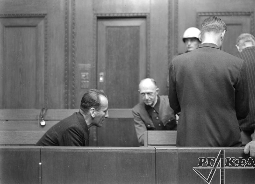 Die Angeklagten Ernst Kaltenbrunner und Alfred Jodl während einer Pause im Verfahren des Internationalen Militärgerichtshofs. 1945-1946. Foto von Evgeny Khaldey. RGAKFD/Arch.-Nr. V-3114