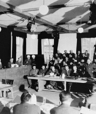 Le 13 décembre 1945, le tribunal militaire américain a rendu son jugement: 36 accusés ont été condamnés à la pendaison, le directeur du service administratif à une peine à perpétuité, trois surveillants à 10 ans de prison et de travaux d'intérêt général. Les 28 et 29 mai 1946, 28 condamnés à mort ont été exécutés dans la prison de Landsberg. Huit autres ont vu leur peine transformée en de la prison.