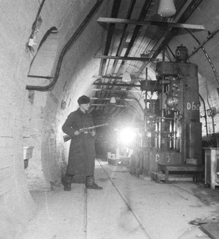 Soldat der sowjetischen Armee in einem unterirdischen Flugzeugwerk, Berlin 1945