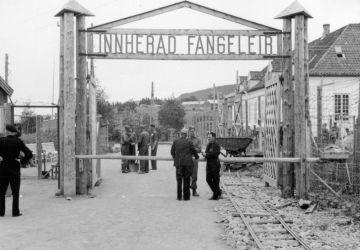 Haupttor des norwegischen Konzentrationslagers Falstad nach der Befreiung durch Alliierten-Truppen 1945
