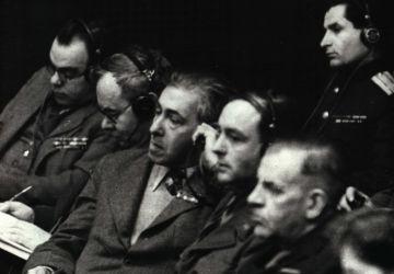 Les écrivains soviétiques Vsevolod Vichnevski, Vsevolod Ivanov, Ilya Ehrenbourg et d'autres dans la salle de conférence du palais de justice de Nuremberg. 1946. Photo de Viktor Tiomin. Archives d'État de la Fédération de Russie, 10140 n ° 2 157 L.8
