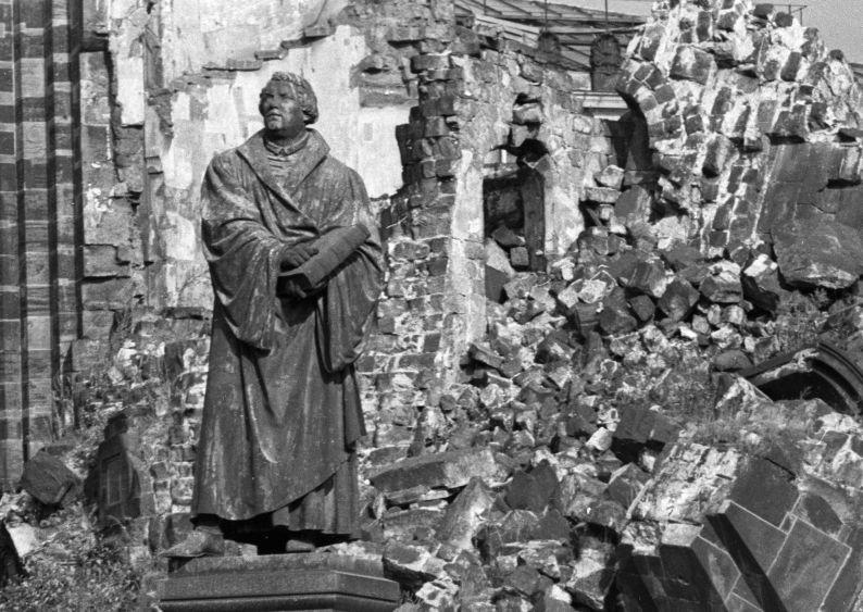 La statue de Martin Luther devant les ruines de l'église Notre-Dame (Frauenkirche), l'une des plus importantes de Dresde, détruite par le bombardement de la ville en 1945.