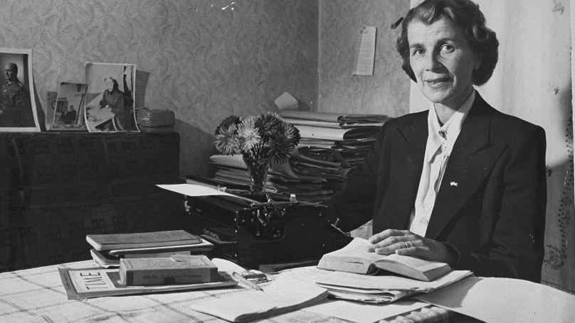 Louise Jodl travaillant avec des documents pour la réhabilitation de son mari Alfred Jodl