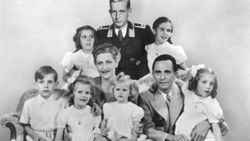 Magda et Joseph Goebbels, entourés de leurs enfants et d'Harald Quandt (en uniforme de la Luftwaffe), fils d'un premier mariage de Magda Goebbels, le 1er janvier 1944 Bundesarchiv, Bild 146-1978-086-03 / CC-BY-SA 3.0