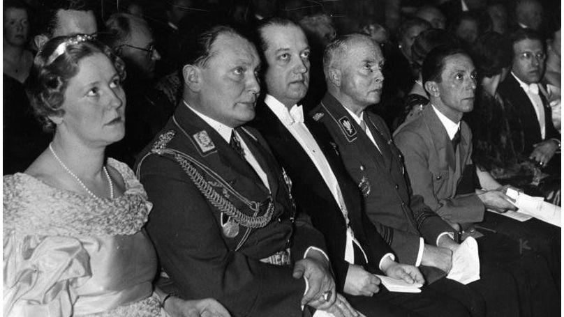 Emmy Sonnenmann et Hermann Göring lors d'un concert un mois et demi avant leur mariage, le 26 février 1935, Bundesarchiv, Bild 183-1990-0309-506 / CC-BY-SA 3.0