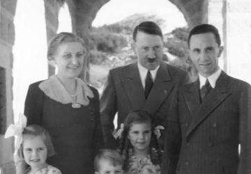 La famille Goebbels avec les enfants Helga, Hilde et Helmut visitent Adolf Hitler à Obersalzberg / Bundesarchiv