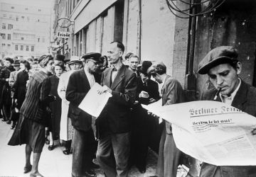 Menschen lesen die Ausgabe von Berliner Zeitung, 21. Mai 1945