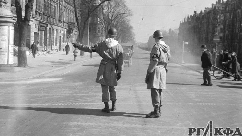 La police militaire américaine réglemente la circulation dans la ville de Nuremberg en ruines. Archives d'État russes de documents cinématographiques et photographiques Arch. N ° В-2999, В-3002. Photo: Evgueni Khaldeï