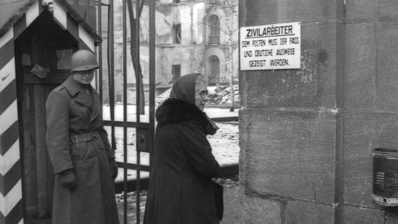 Point de contrôle américain pour le personnel du service civil du procès de Nuremberg, 1945. Archives d'État russes de documents cinématographiques et photographiques Arch. N ° A-9219. Photo: Evgueni Khaldeï