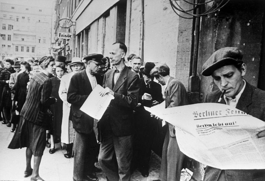 Allemagne, 1945. Des Berlinois lors des premiers mois après la fin de la guerre. Le premier numéro du journal Berliner Zeitung a été publié.