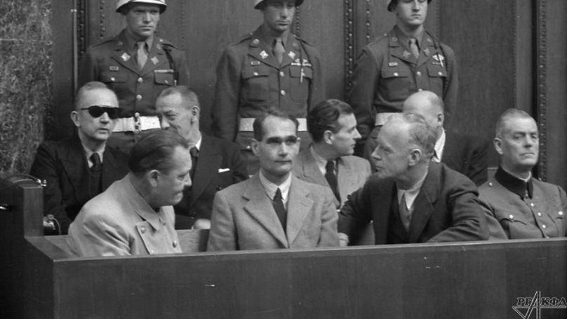 Pendant une pause entre les séances. Accusés Hermann Göring, Rudolf Hess et Joachim von Ribbentrop. Janvier 1946. Photo par Evguéni Khaldeï. Archives d'État de documents cinématographiques et photographiques de Russie, numéro d'archive A-9232