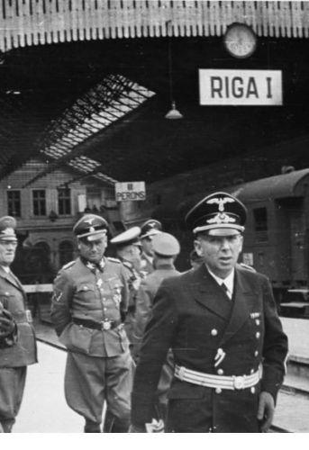 Hinrich Lohse mit Offizieren bei der Ankunft am Bahnhof; 2.v.l. von Rentsch, 3.v.l. Hoff., 5.v.l. Jeckeln, Friedrich SS-Obergruppenführer (in Riga gehängt)