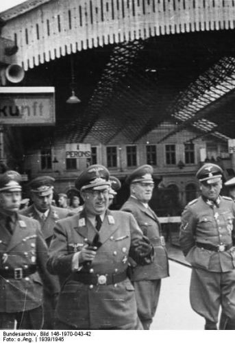 Friedrich Jeckeln (fifth from the left) with Reichskommissar of Ostland Hinrich Lohse and a group of officers at the Riga railway station/ Bundesarchiv, Bild 146-1970-043-42 / Fotograf: unbekannt / CC-BY-SA 3.0
