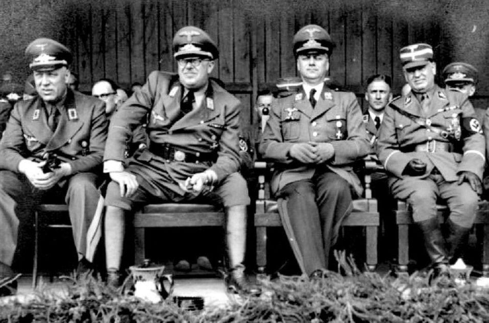De gauche à droite: Otto-Heinrich Drechsler, commissaire général de Lettonie, Hinrich Lohse, commissaire général du Reichskommissariat Ostland, Alfred Rosenberg, ministre du Reich aux Territoires occupés de l'Est, Walter Eberhard von Medem, commissaire de la région (Gebietskommissar) de la Sémigalie (Lettonie), en 1942. / Bundesarchiv, Bild 146-1994-090-05 / CC-BY-SA 3.0