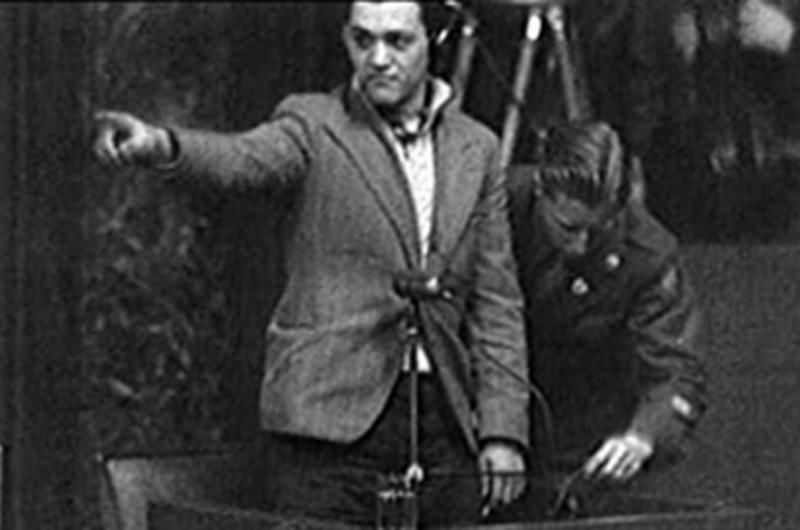 """Nach der Freilassung aus dem Lager nahm er die wertvollen Dokumente mit, zog nach Paris und veröffentlichte einen Teil der Fotos in der kommunistischen Presse. So erfuhren davon die Mitarbeiter des Apparats der französischen Anklage in Nürnberg. Francois Boix wurde zum Zeuge bei dem Prozess, und die von ihm gemachten Aufnahmen galten als Beweise. In Paris kooperierte er weiter mit linken Zeitungen als Fotograf. Er schrieb ein Buch über seine tragische Erfahrung in Mauthausen und titelte es """"Der Spanier"""". Leider wurde es nicht veröffentlicht – das Manuskript ging verloren. Foto: Francois Boix sagt bei den Nürnberger Prozessen aus"""
