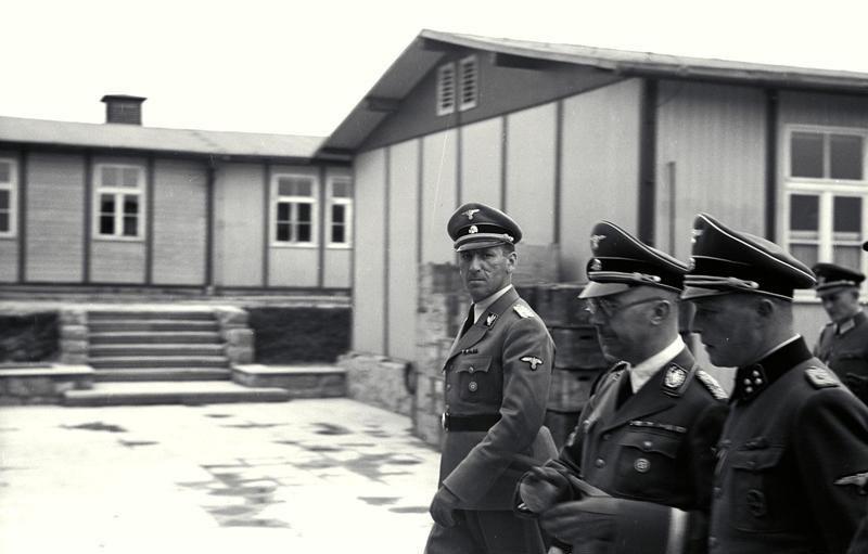 """Francois Boix: """"Ich erkannte Speer auf 36 Fotos, die Oberscharführer Paul Ricken 1943 während des Besuchs in Lager Gusen und der Grube von Mauthausen machte. Er sah immer sehr zufrieden auf diesen Fotos aus. Es gibt auch Fotos, wo der Obersturmbannführer Franz Ziereis, Kommandant des KZ-Lagers Mauthausen, mit Händedrücken begrüßt."""" """"Die Besucher besichtigten gewöhnlich das ganze Lager, es war unmöglich, dass sie nicht gewusst hatten, was da vor sich ging. Ausnahmen gab es nur, als wichtige Beamte bzw. hochrangige Personen aus Polen, Österreich bzw. der Slowakei kamen. Ihnen wurden nur die besten Orte gezeigt. Franz Ziereis sagte ihnen – Schauen sie selbst. Er schickte nach den Kochs, Banditen, die da ihre Strafe abbüßten, großen Verbrechern. Ziereis wählte sie, um zu zeigen, dass alle Häftlinge so aussehen."""" Foto: Kaltenbrunner und Himmler gehen durch Mauthausen"""