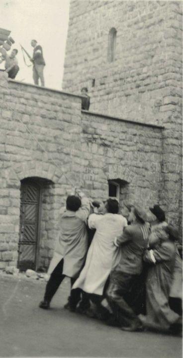 Häftlinge zerstören das Tor