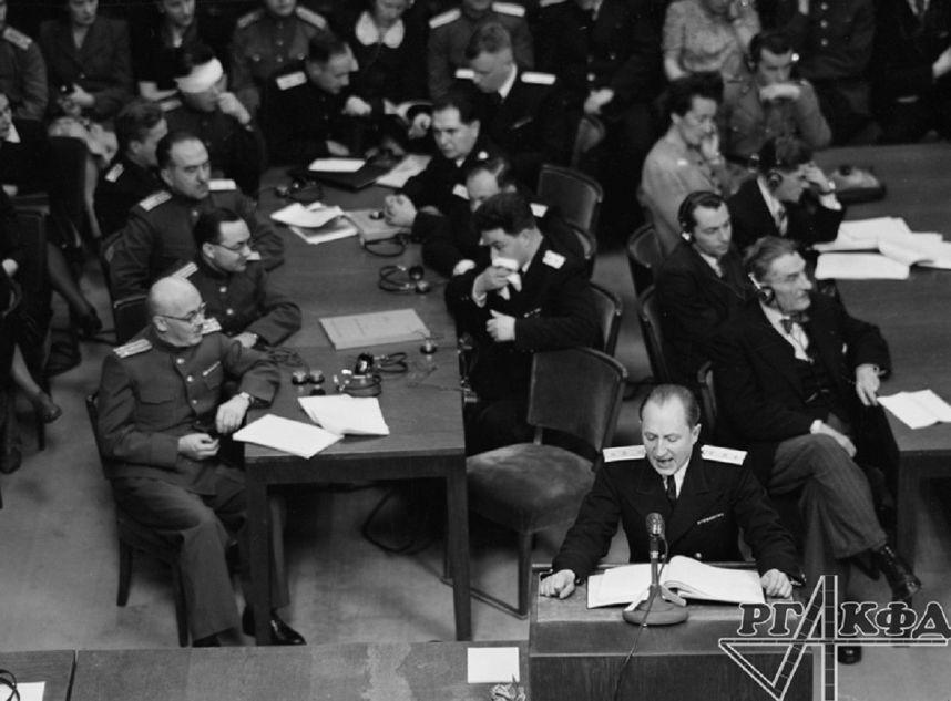 Discours introductif du lieutenant-général de justice R. A. Roudenko, procureur en chef de l'URSS au tribunal militaire international, 8 février 1946. Photo d'Evguéni Khaldeï. Archives d'État de documents cinématographiques et photographiques de Russie, numéros d'archive В-3029, В-3030, В-3035.
