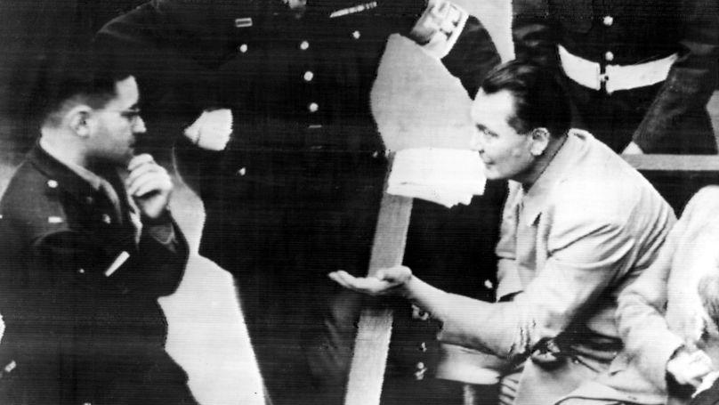 Le psychologue militaire américain Gustav Gilbert (à gauche) s'entretient avec l'accusé Hermann Göring lors d'une pause dans la chambre 600 du palais de justice de Nuremberg, le 24 novembre 1945 © ASSOCIATED PRESS