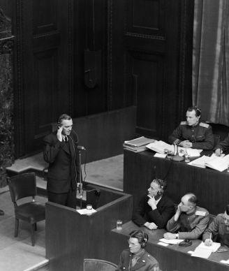 Friedrich Paulus prête serment comme témoin avant son interrogatoire lors des procès de Nuremberg, le 11 février 1946.
