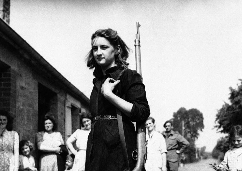 Une jeune femme, membre de la Résistance, le 20 août 1944