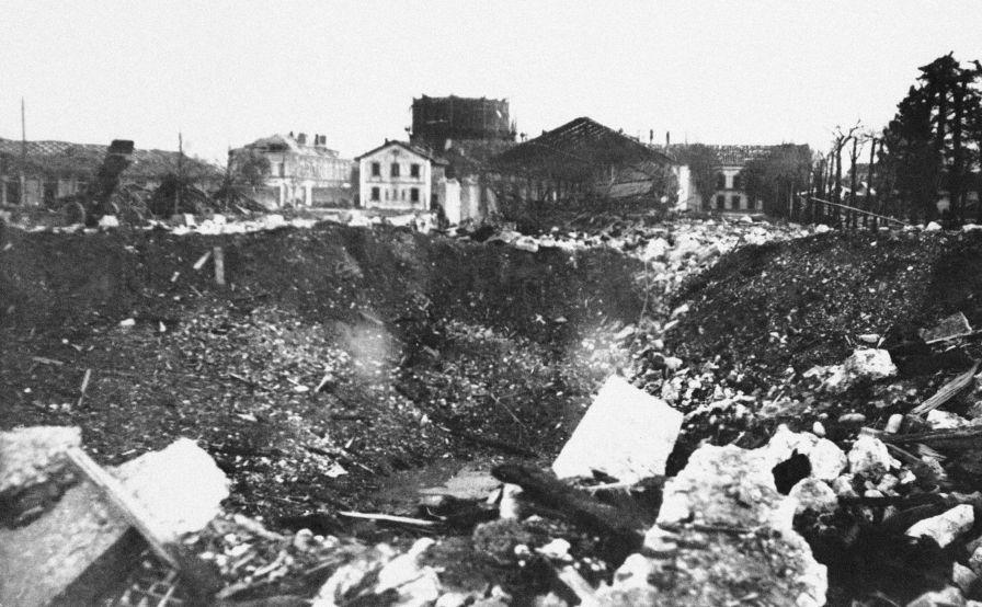 Cratère laissé après l'explosion d'un dépôt d'artillerie à Grenoble, le résultat de l'une des actions les plus importantes de la Résistance française.