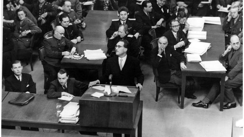 François de Menton, procureur en chef de la France aux procès de Nuremberg, lit la déclaration d'ouverture. Derrière lui se trouve un groupe d'accusateurs soviétiques, à droite - un groupe d'accusateurs français, parmi lesquels figure Auguste Champetier de Ribes (deuxième à droite)
