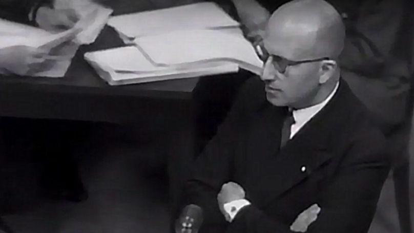Charles Dubost, procureur général adjoint de la France aux procès de Nuremberg lors de l'interrogatoire d'un témoin