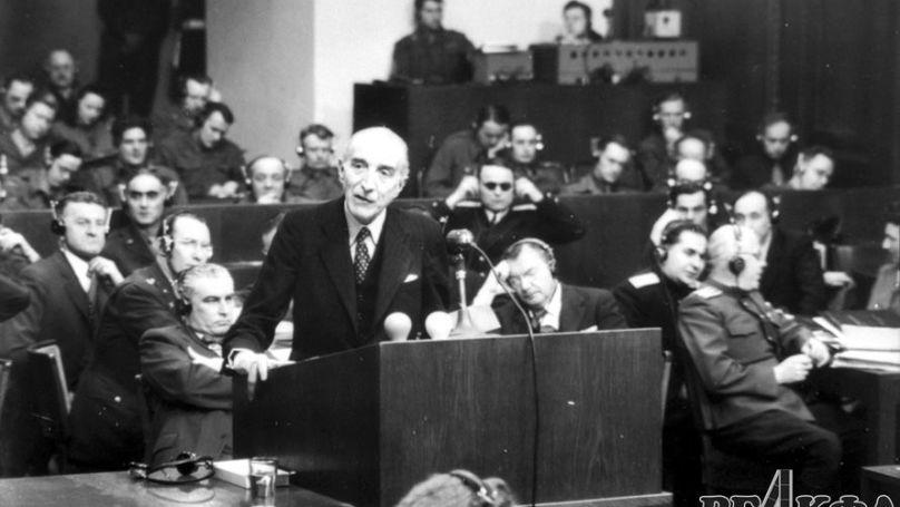 Le procureur général de la France, Auguste Champetier de Ribes, prononce son discours de clôture le 29 juillet 1946. Archives d'État de Russie des documents cinématographiques et photographiques, numéro d'archive В-3205
