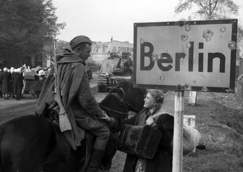 "A Soviet soldier talks to a girl in Berlin. 1945  ""General Berzarin's Last Act of Heroism"" project. / Roman Carmen"