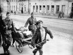 Des enfants tirent les biens des occupants en permission. Mai 1943 / Archives d'État de documents cinématographiques et photographiques de Russie, Op. 2, № 99, Sn. 8 / Portail Web «Сrimes nazis en URSS»