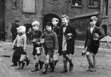 Les enfants allemands vont chercher du lait, Berlin, mai 1945 / Projet «Le dernier exploit de Nikolaï Berzarine»