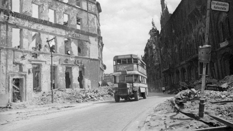Un omnibus dans une rue détruite de Berlin, le 8 juin 1945 / Projet «Le dernier exploit de Nikolaï Berzarine» / © Kinelovski V.