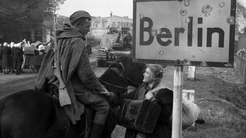 Un soldat soviétique parle à une jeune fille à Berlin. 1945 Projet «Le dernier exploit de Nikolaï Berzarine» / © Roman Karmen